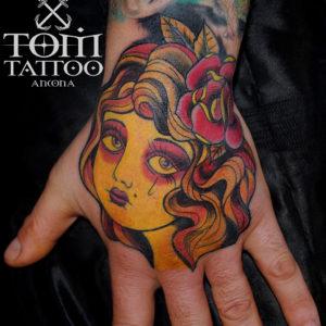 Tatuaggio traditional alla mano