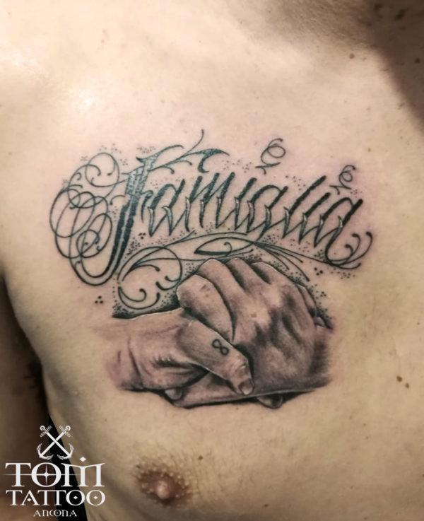 Mani che si stringono per simboleggiare l'amore per la famiglia
