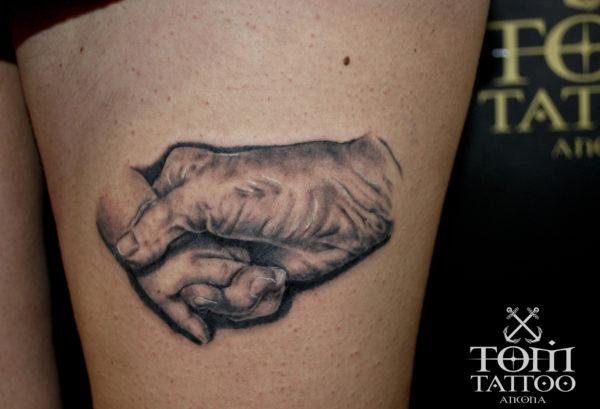 Ritratto di due mani che si stringono