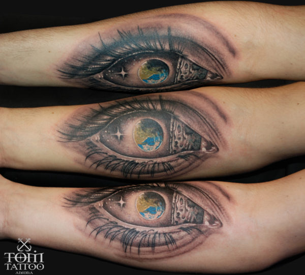 Occhio realistico con la Terra all'interno