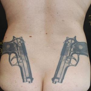Pistole realistiche sul fondo schiena