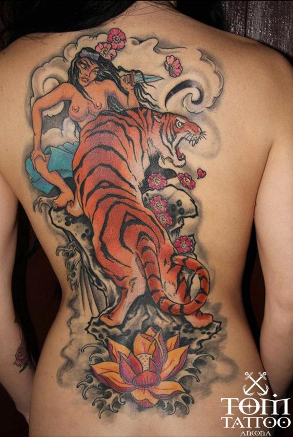 Ars Amandi, tatuaggio giapponese a colori su schiena con geisha e tigre.