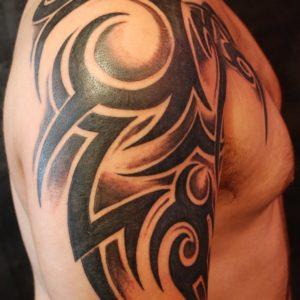 Tribale sul braccio con sfumature