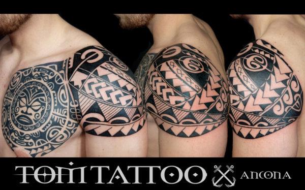Tatuaggio maori su spalla