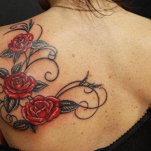 Treb rose rosse collegato da un tribale ornamentale