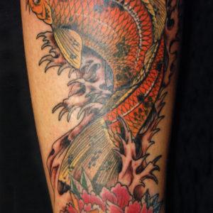 Carpa giapponese con peonia colorata