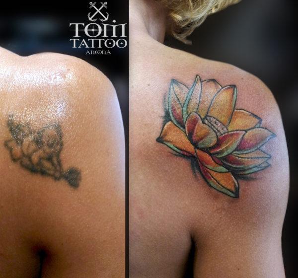 Copertura di un vecchio tatuaggio con un fiore di loto colorato