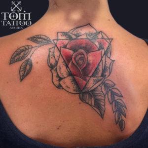 Rosa con triangolo geometrico