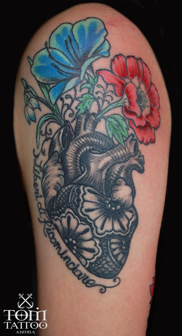 Cuore bianco e nero con fiori colorata