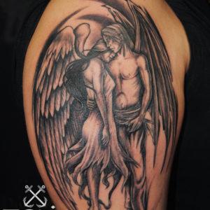 Angelo e demone che si abbracciano