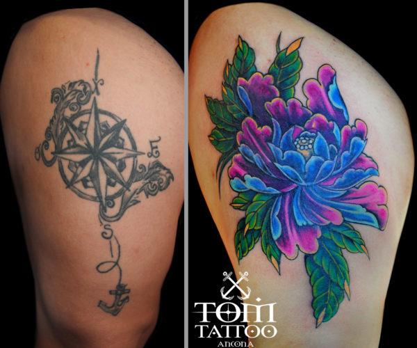 Copertura di un vecchio tatuaggio con una peonia colorata sulla gamba